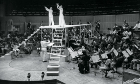 Karlheinz Stockhausen dirigeant Inori à la Philharmonie de Cologne en 1989 © Archive of the Stockhausen-Stiftung für Musik Kürten Germany