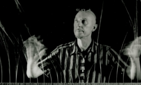 Len Lye with his kinetic sculpture Grass 1961 – 1965 © the Len Lye Foundation.