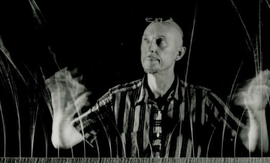 Len Lye with his kinetic sculpture Grass 1961 – 1965 © the Len Lye Foundation.