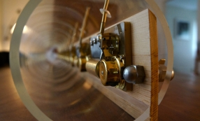 John Cage, Extended Lullaby, 1994 Acrylique, instrument en cuivre, mécanisme de boîte à musique Reuge 12-36 notes édition de 10, plus deux épreuves d'artiste Photo : Emily Martin © John Cage Trust