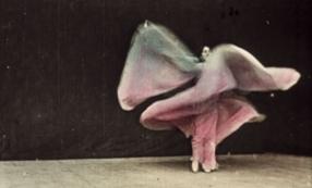 Anonyme, Danse Serpentine [II] (Cat. Lumière N°765-I),1897-1899 Béta numérique, copie colorisée au pinceau d'après la danse de Loïe Füller Achat, (1897 - 19 juin 1899). Numéro d'inventaire : AM 2010-F8 © Centre Pompidou, MNAM-CCI, dist. RMN-Grand Palais / image Centre Pompidoun MNAM-CCI © Droits réservés
